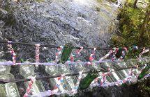Brücke aus Plastikflaschen und Plastikteilen