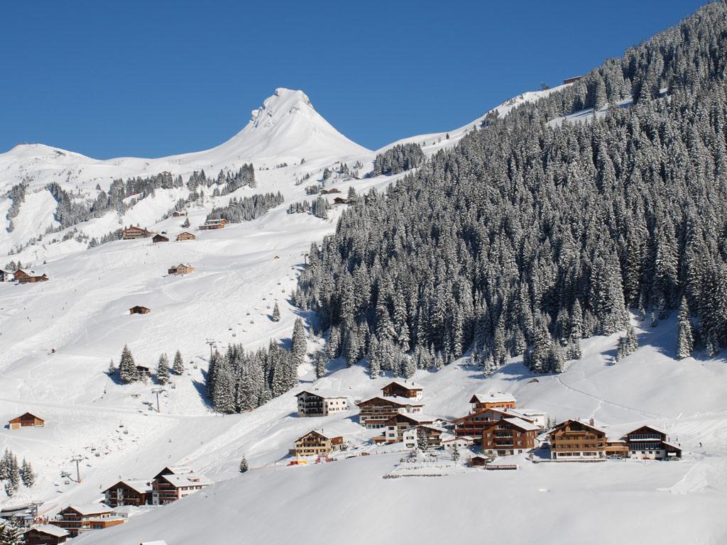 Schneereiches Dorf