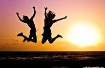 Zwei Jugendliche springen