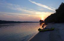 Kayak an der Donau im Sonnenuntergang