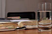 Trinkglas mit Büchern