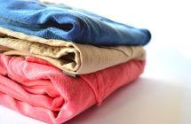 Stapel mit bunten Jeans
