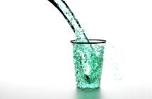 Wasser wir in ein Glas geschüttet