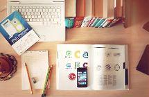Lernplatz mit Büchern und Laptop